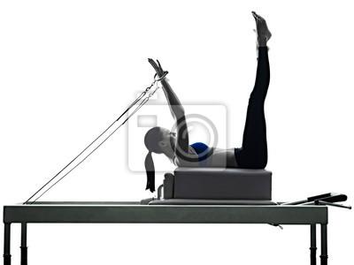 Frau Pilates Reformer Übungen Fitness isoliert