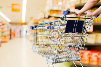 Frau schieben Warenkorb im Supermarkt