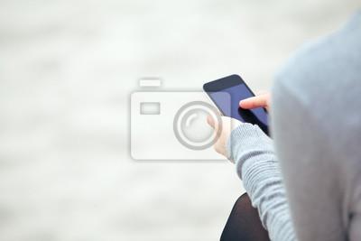 Frau SMS auf einem Mobiltelefon