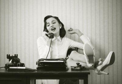 Bild Frau spricht am Telefon am Schreibtisch