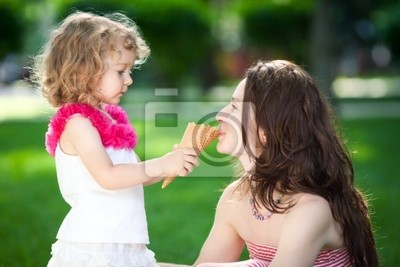 Frau und Kind im Frühjahr Park