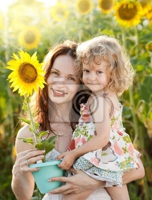 Frau und Kind mit Sonnenblume