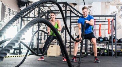 Bild Frau und Mann im Fitnessstudio mit Schlachtseil