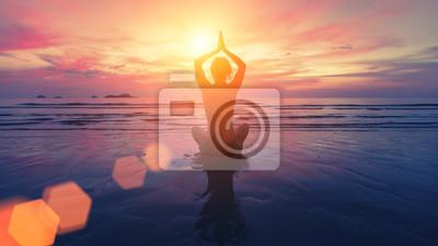 Bild Frau Yoga Silhouette am Strand bei erstaunlichen Sonnenuntergang.