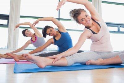 Frauen dehnen am Yoga-Kurs