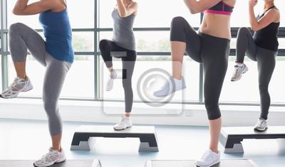 Frauen heben ihre Beine beim Aerobic