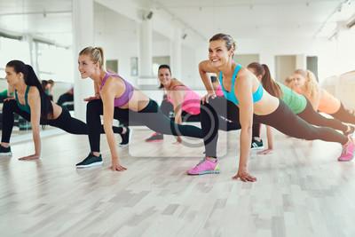 Frauen in bunten Sportkleidung Ausübung