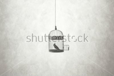 Bild Freiheit minimales Konzept, Vogel in einem offenen Käfig