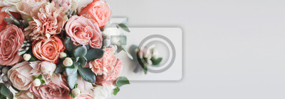 Bild Fresh bunch of pink peonies and roses with copy space