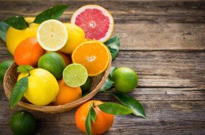 Bild Frisch und saftig Zitrusfrüchte in den Korb auf dem rustikalen Tisch