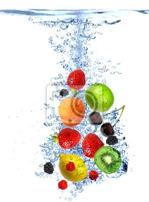 Frische Früchte ins Wasser gefallen