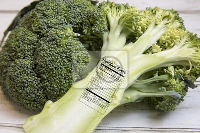 Bild Frische grüne Brokkoli Speere mit Nährwertkennzeichnung