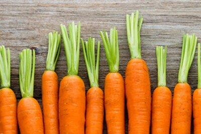 Bild Frische Karotten Bund auf rustikalen hölzernen Hintergrund.