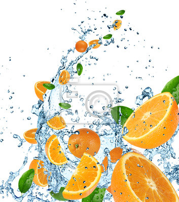 Bild Frische Orangen in Wasser Splash auf weißem Hintergrund.