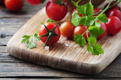 Bild Frische rote Tomate mit grüner Petersilie