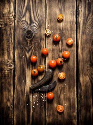 Bild Frische Tomaten und ein altes Messer.