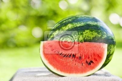 Frische Wassermelone gegen natürlichen Hintergrund
