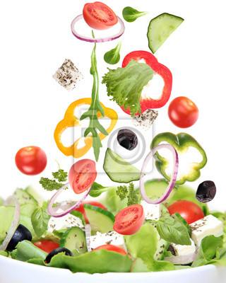 Frischer Salat mit Zutaten in Bewegung