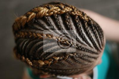 Bild Frisuren aus dünnen Zöpfen auf dem Kopf eines Mädchens, ein Meister, ein Schönheitssalon, ein Beauty-Trail