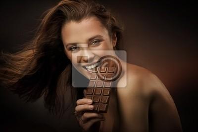 Fröhliche Frau essen Schokolade