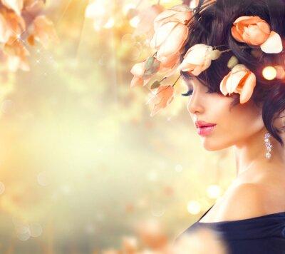 Bild Frühling Frau mit Magnolienblumen im Haar