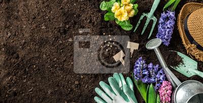 Bild Frühling Garten arbeitet. Gartengeräte und Blumen auf dem Boden.