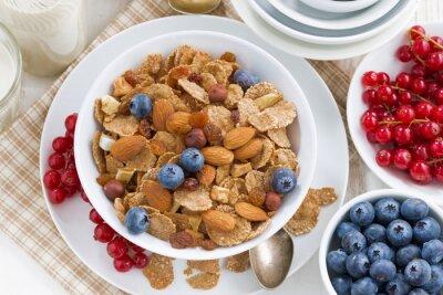 Bild Frühstück mit Getreideflocken, Nüssen und Beeren, Ansicht von oben
