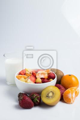 Bild ftuits Salat auf dem weißen Hintergrund.