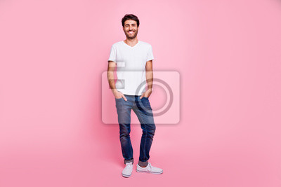Bild Full length photo of charming positive macho man arabian person have spring vacation walk with his girlfriend wear trend modern outfit isolated over pastel color background