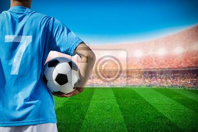 Fußball-Football-Spieler Nr. 7 in blau Team Konzept hält Fußball