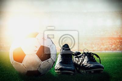 Fußball Fußball und Schuhe sind in der Stadionmenge