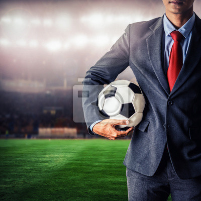Fußball-Manager mit Fußball im Stadion, closeup Farbe Prozess