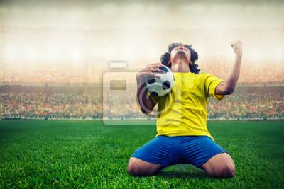 Fußball oder Fußballspieler feiern Ziel im Stadion während des Spiels ....