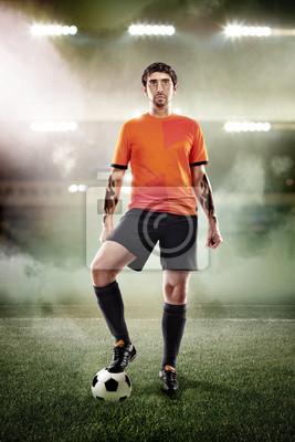 Fußball-Spieler mit Ball im Stadion