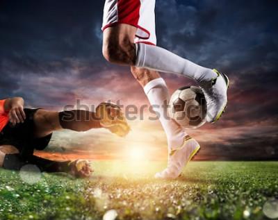 Bild Fußballspieler mit Fußball am Stadion während des Spiels