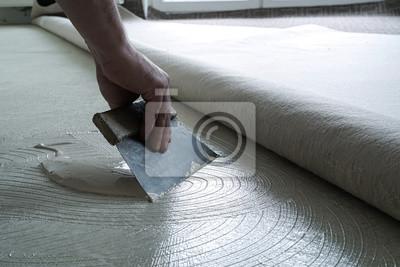 Fußboden Aus Geld ~ Fußbodenleger beim auftragen von kleber auf den fußboden