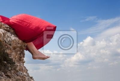 Füße des Mädchens gegen den Himmel
