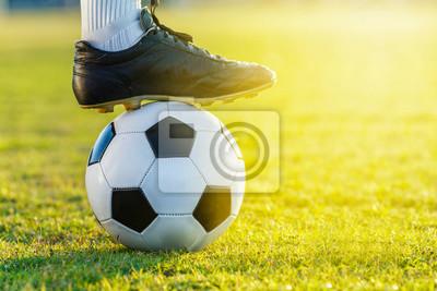 Füße Fußball Fußballspieler stehen mit dem Ball