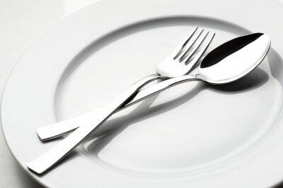 Bild Gabel und Löffel auf weißem Teller