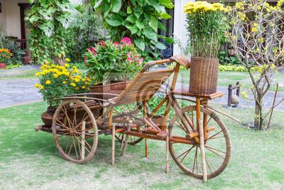 Bild Gartengestaltung. Holz Fahrrad Als Blumenständer Im Garten.