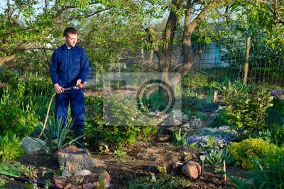 Gärtner Blumen gießen