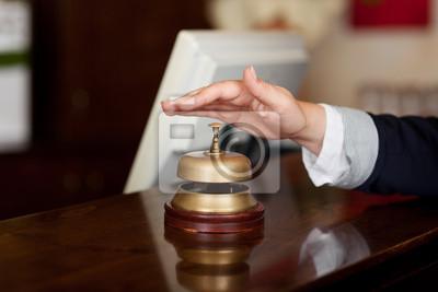 gast läutet Glocke an der rezeption