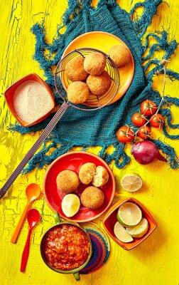 Bild Gebratene Bolhinos und Beilagen in Schalen und Teller