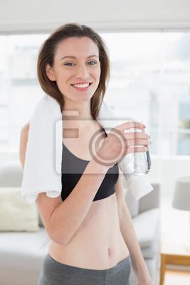 Geeignete Frau, die Wasserflasche im Eignungsstudio hält