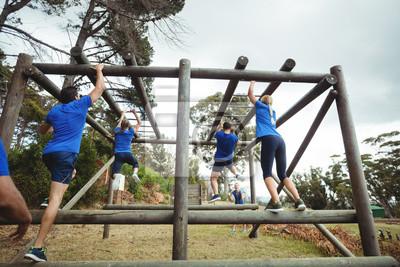 Geeignete Leute, die Kletterstangen im Bootcamp klettern