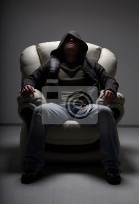 gefährlicher Mann sitzt im weißen Stuhl