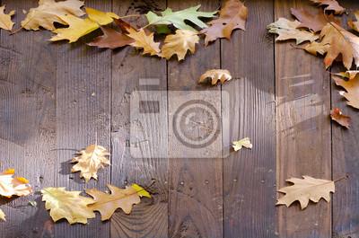 Gefallene Blätter auf dem Holzdach