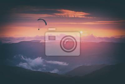 Gegen den Sonnenuntergang Himmel. Instagram-Stilisierung
