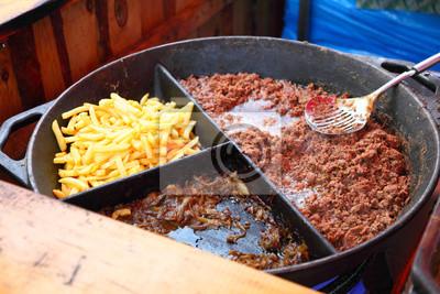 Bild Gegrillte Fries und Fleisch auf dem Grill