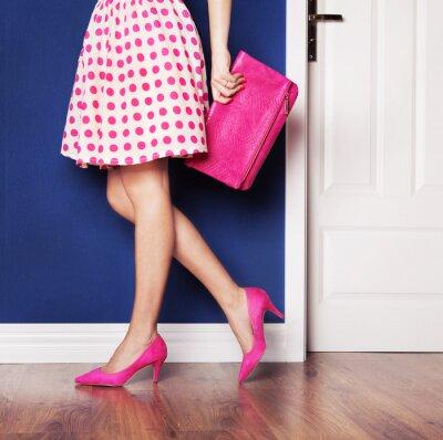 Bild Gehen Sie Konzept, gekleidet Mädchen in rosa